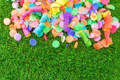 Kolorowi confetti i streamers na trawie jako szablon dla celebry Fotografia Royalty Free