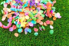 Kolorowi confetti i streamers na trawie jako szablon dla celebry Fotografia Stock