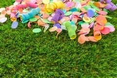 Kolorowi confetti i streamers na trawie jako szablon dla celebry Zdjęcia Royalty Free