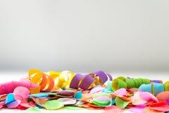 Kolorowi confetti i streamers przed tłem jako templa Zdjęcie Stock