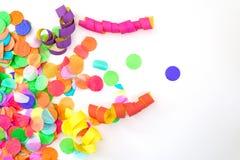 Kolorowi confetti i streamers z białym tłem jako templat Fotografia Stock