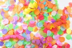 Kolorowi confetti i streamers z białym tłem jako templat Zdjęcie Royalty Free