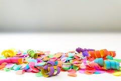 Kolorowi confetti i streamers z białym tłem jako templat Obraz Stock