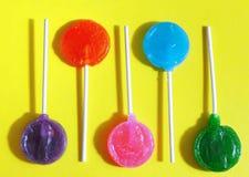 Kolorowi cukierków lizaki na jaskrawym tle wystrzał sztuki styl fotografia royalty free