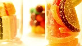 Kolorowi cukierki i cytrusy zdjęcie wideo