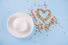 Kolorowi cukierki w formie lody na błękitnym tle i serca Miejsce dla pisa? list Odg?rny widok, mieszkanie nieatutowy obrazy stock