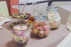 Kolorowi cukierki w słojach na stole Zdjęcie Royalty Free