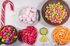 Kolorowi czekoladowi cukierki, lizaki, cukierek trzcina i marshmallows, Fotografia Royalty Free