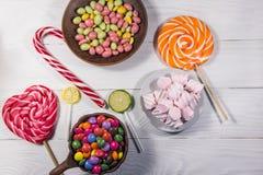 Kolorowi czekoladowi cukierki, lizaki, cukierek trzcina i marshmallows, obrazy royalty free
