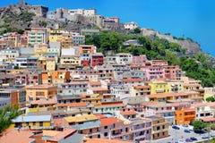 Kolorowi domy i kasztel Castelsardo miasteczko Zdjęcie Stock