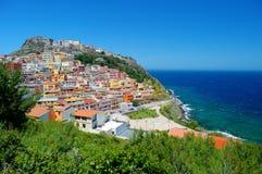 Kolorowi domy i kasztel Castelsardo miasteczko Zdjęcia Stock