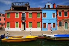 Kolorowi domy kanałem w Burano, Wenecja, Włochy fotografia stock