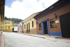 Kolorowi domy przy losem angeles Candelaria w Bogotà ¡ obraz stock