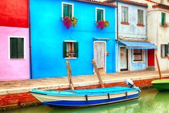 Kolorowi domy w Burano blisko Wenecja, Włochy z łodzią Sławna atrakcja turystyczna w Wenecja Obrazek kanał i łódź rybacka fotografia royalty free