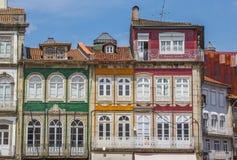 Kolorowi domy w dziejowym centrum Guimaraes zdjęcia stock