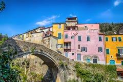 Kolorowi domy w małej wiosce z kamienia mostem przy Dolcedo, Imperia, Liguria, Włochy zdjęcie royalty free