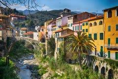 Kolorowi domy w małej wiosce z kamienia mostem przy Dolcedo, Imperia, Liguria, Włochy zdjęcie stock