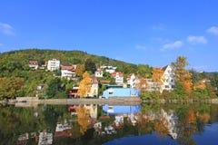 Kolorowi domy wzdłuż Kocher rzeki Zdjęcie Royalty Free