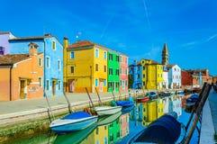Kolorowi domy zbliżają kanał na Burano wyspie, Wenecja, Włochy zdjęcie stock