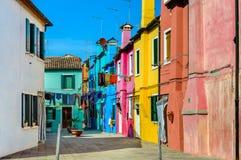 Kolorowi domy zbliżają kanał na Burano wyspie, Wenecja, Włochy obrazy royalty free