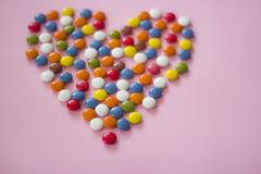 Kolorowi dragees tworzy serce Obrazy Stock