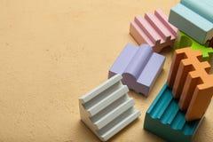 Kolorowi drewniani bloki, kreatywnie, logiczny główkowanie, Odbitkowa przestrze? dla teksta zdjęcia stock