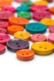Kolorowi drewniani guziki różnorodny rozmiar Zdjęcia Stock