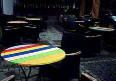 Kolorowi drewniani stoły w plenerowej restauraci Fotografia Stock