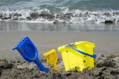 Kolorowi dzieci bawją się dla piaska na plaży morzem zdjęcie royalty free
