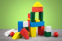 Kolorowi dzieciaków sześciany na tle Fotografia Stock