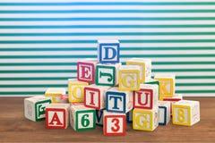 Kolorowi dzieciaków sześciany z listami i liczbami Zdjęcia Stock