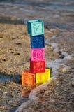 Kolorowi dziecko sześciany na plaży Obrazy Royalty Free