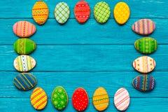 Kolorowi Easter ciastka na błękitnym drewnianym tle zdjęcie royalty free
