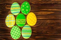 Kolorowi Easter ciastka na brown drewnianym tle obraz stock