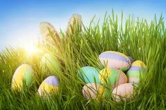 Kolorowi Easter jajka, królik i Obrazy Royalty Free