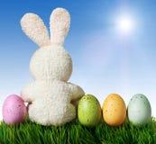 Kolorowi Easter jajka, królik na zielonej trawie i Fotografia Royalty Free