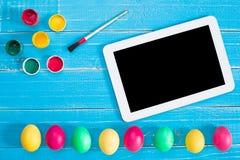 Kolorowi Easter jajka, muśnięcie i farba na drewnianej deski tle z przestrzenią, Obraz Stock
