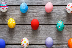 Kolorowi Easter jajka na drewnianym tle Zdjęcia Royalty Free
