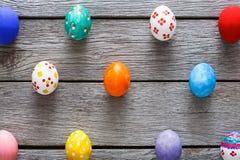 Kolorowi Easter jajka na drewnianym tle Obrazy Stock