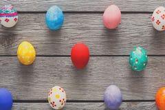 Kolorowi Easter jajka na drewnianym tle Obraz Stock