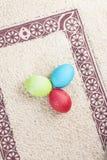 Kolorowi Easter jajka na pięknym dywaniku Zdjęcie Royalty Free