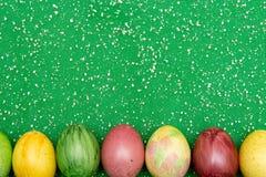 Kolorowi Easter jajka na zielonym organza tkaniny tle Jajka handmade w nowym stylu koloryt Wzór, Easter pojęcie Fotografia Royalty Free