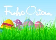 """Kolorowi Easter jajka w świeżej zielonej trawie przeciw niebieskiemu niebu z słowa """"Frohe Ostern"""" royalty ilustracja"""