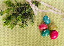 Kolorowi Easter jajka, zieleń i kapują wiązanego z koronką Odgórny widok fotografia royalty free
