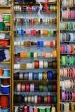 Kolorowi faborki na półce w sklepie Zdjęcie Royalty Free