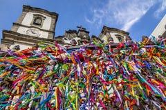 Kolorowi faborki władyka Bonfim przed Nosso Senhor robią Bonfim kościół - Salvador, Bahia, Brazylia Zdjęcia Royalty Free
