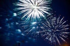 Kolorowi fajerwerki na nocnym niebie Wybuchy pirotechnika przy festiwalem fotografia stock
