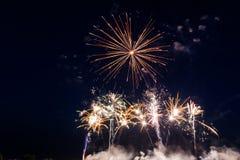Kolorowi fajerwerki nad nocnym niebem Obrazy Royalty Free