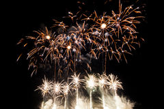 Kolorowi fajerwerki nad nocnym niebem Zdjęcia Royalty Free