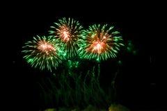 Kolorowi fajerwerki nad nocnym niebem Zdjęcie Royalty Free